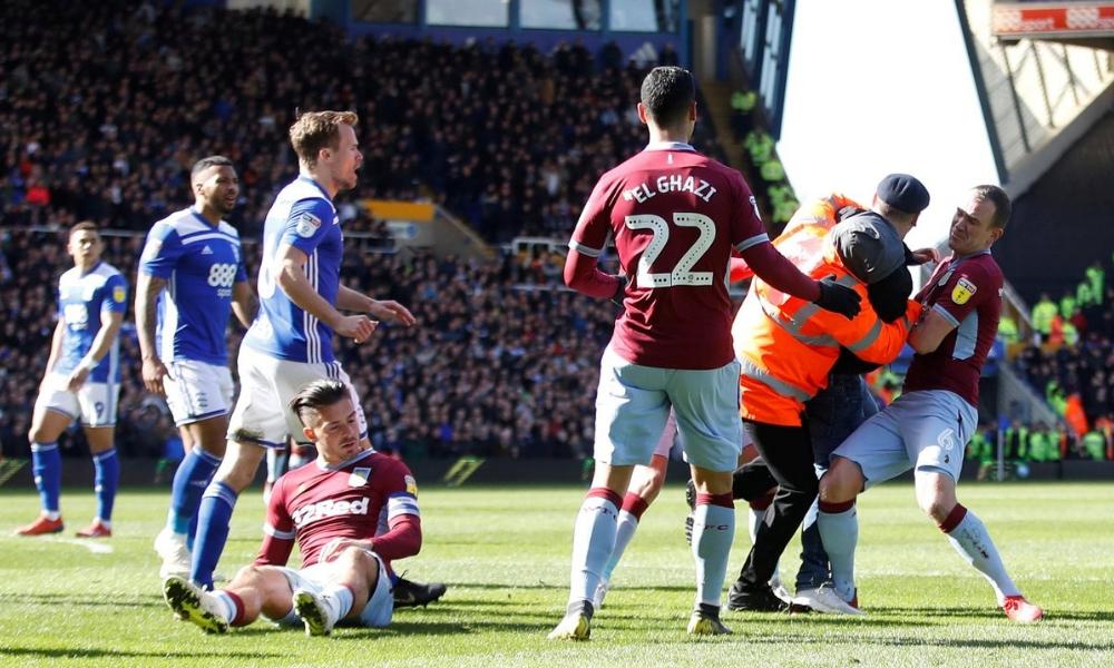 aficionado agredió a jugador del Aston Villa